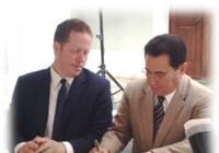 Secretario de Estado de Puerto Rico, David E. Bernier junto al Lcdo. Manuel Fernós, Presidente Junta de Directores de HETS y de la UIPR durante la firma del acuerdo.
