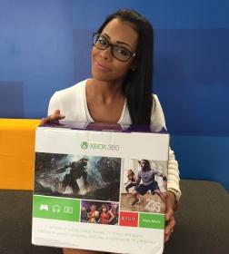 Sylvia Marrero de la Universidad del Este en Carolina recibiendo el premio Microsoft, un Xbox 360. Felcidiades!